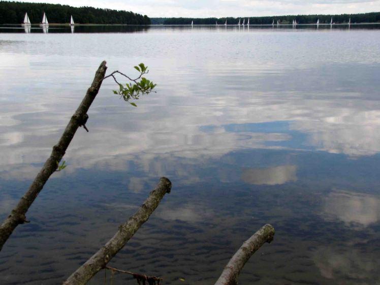 Widok z przystani Galindia na jezioro.