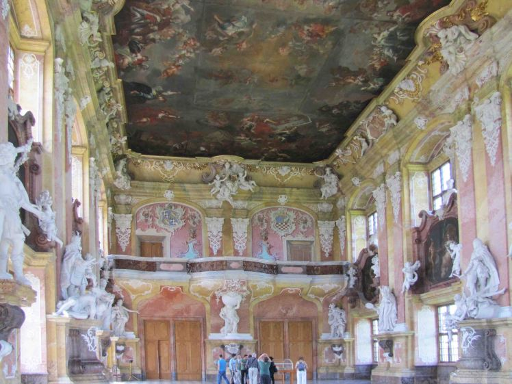 Zgodnie ze stylem renesansu, musiala byc zachowana symetria sali. Prawe drzwi na balkonie sa tylko namalowane. Za prawymi drzwiami wejsciowymi znajduje sie tylko sciana :)